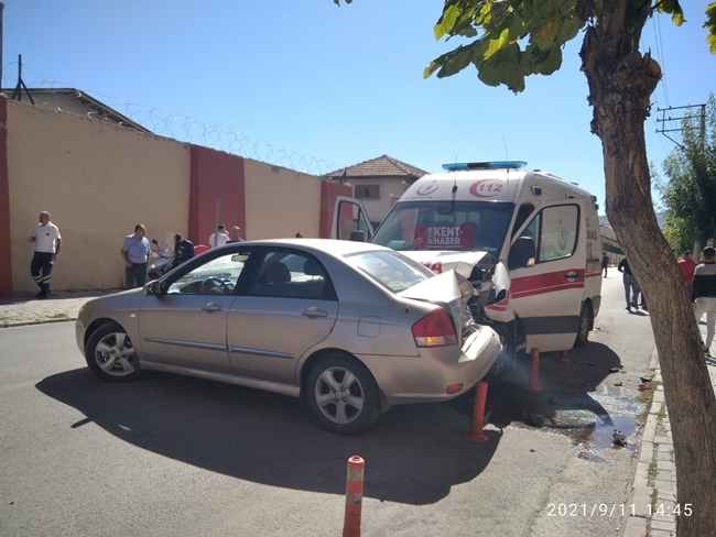 2021/09/1631364350_afyon-da_ambulans_ile_otomobil_kaza_yapti_-7.jpeg