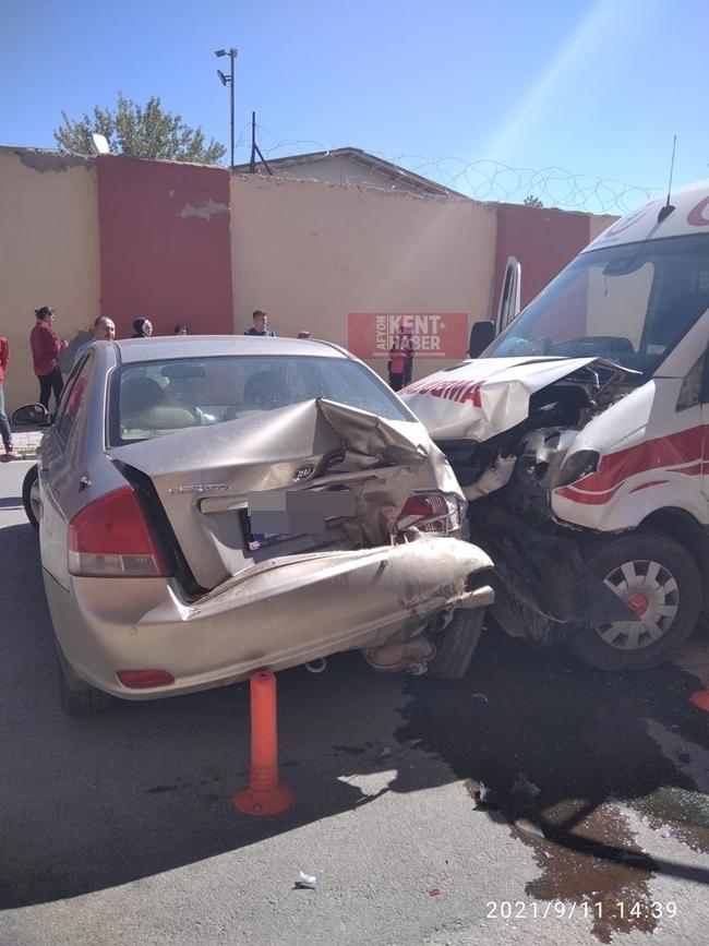 2021/09/1631364360_afyon-da_ambulans_ile_otomobil_kaza_yapti_-2.jpeg