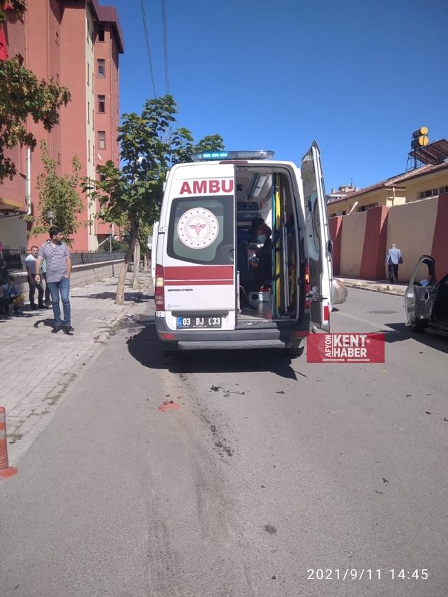 2021/09/1631364363_afyon-da_ambulans_ile_otomobil_kaza_yapti_-1.jpeg