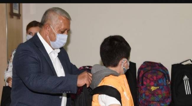 Mehmet Zeybek'ten öğrencilere kırtasiye desteği