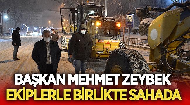 Mehmet Zeybek ekiplerle birlikte karla mücadele etti
