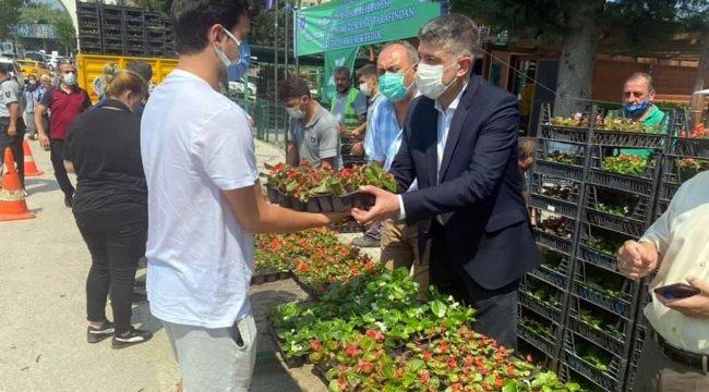 Bursa'da mezarlık ziyaretçilerine kasa kasa çiçek dağıtıldı