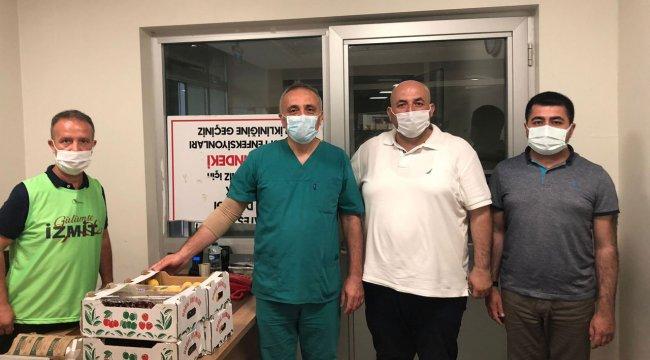 İzmit Belediyesi sağlık çalışanlarına meyve ikramında bulundu