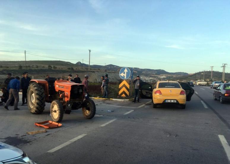 Afyonkarahisar Kaza Haberi !!! Ticari taksi traktöre çarptı: 1 yaralı