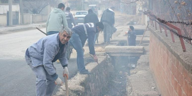 Dinar'da kanal temizliği ve yol tamiratı yapıldı