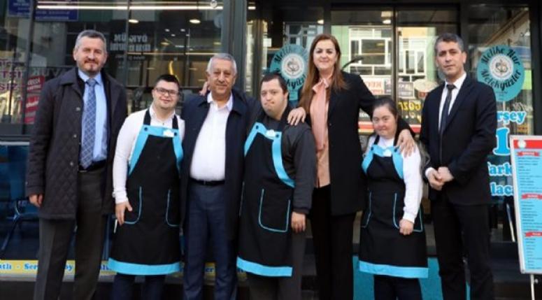 Zeybek, Melike Nur Melek Yüzler Down Kafe'yi ziyaret etti