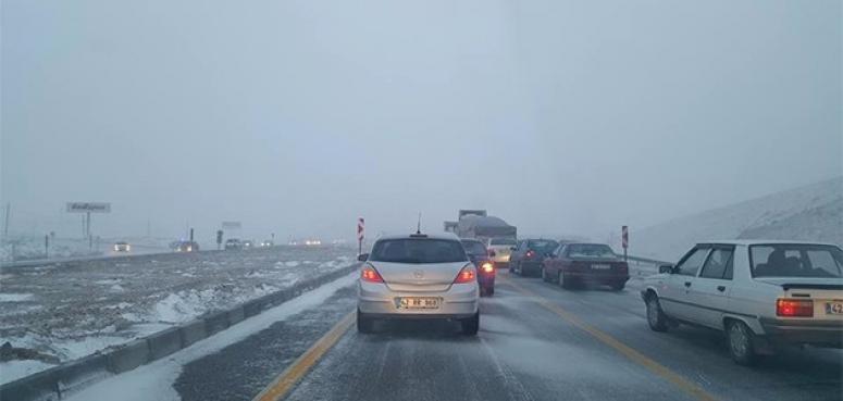 Konya-Afyonkarahisar yolunda etkili kar yağışı