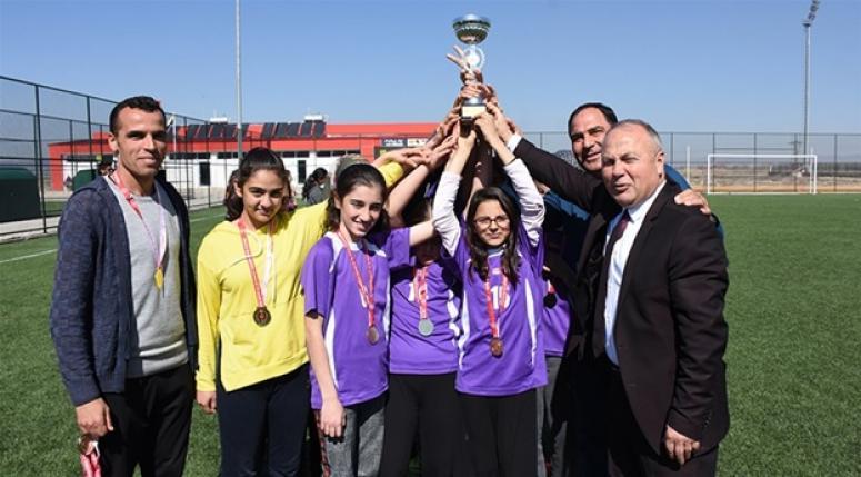 Kızlarda Taşoluk Fatih İlkokulu şampiyonluk kupasını kaldırdı