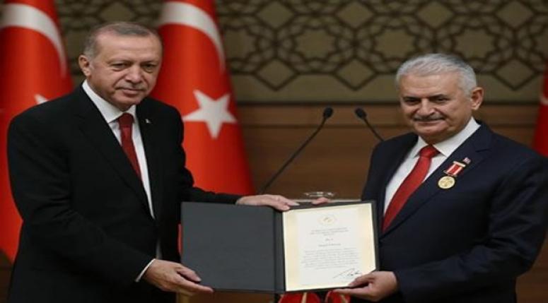 Erdoğan, TBMM Başkanı Yıldırım'a Devlet Şeref Madalyası tevdi etti