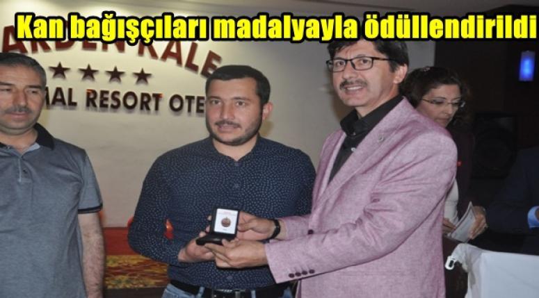Kan bağışçıları madalyayla ödüllendirildi