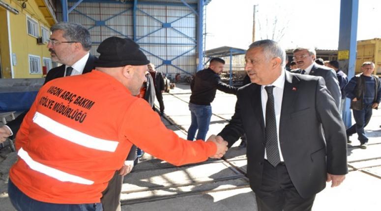 Başkan Zeybek'e işçilerden sıcak karşılama