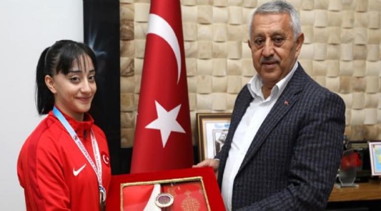 Mehmet Zeybek Dünya Şampiyonu Ayşe Yılmaz'ı tebrik etti