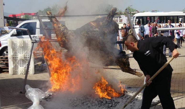 Pişirilmeye çalışılan 200 kiloluk dana alev alev yandı