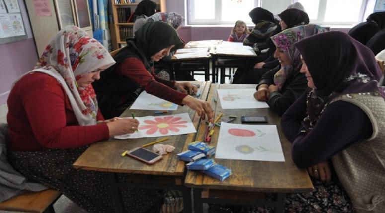 YETİŞKİNLER RESİM YAPTI - Sanatı şehirden köye taşıdılar