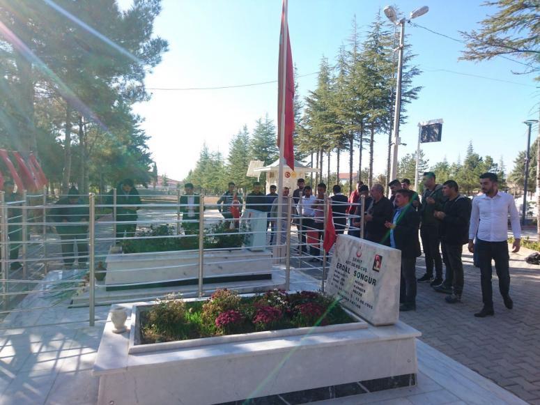AK Partili gençlerden şehit Ömer Halisdemir'in mezarına ziyaret